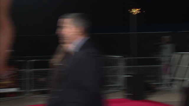 stockvideo's en b-roll-footage met exterior shots of josh hutcherson signing autographs on red carpet at premiere of the hunger games josh hutcherson at hunger games premiere on march... - signeren
