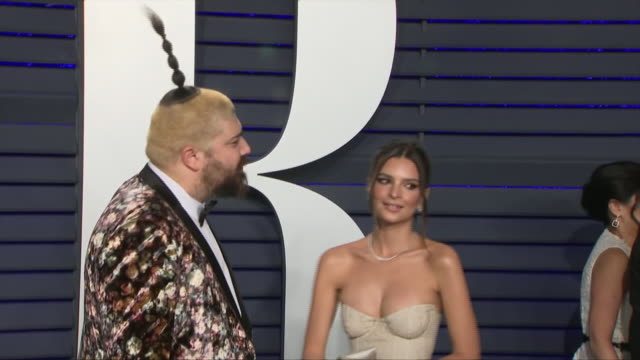 exterior shots of josh ostrovsky and emily ratajkowski on the red carpet of the 2019 vanity fair oscar party on 24th february 2019 in los angeles... - vanity fair video stock e b–roll
