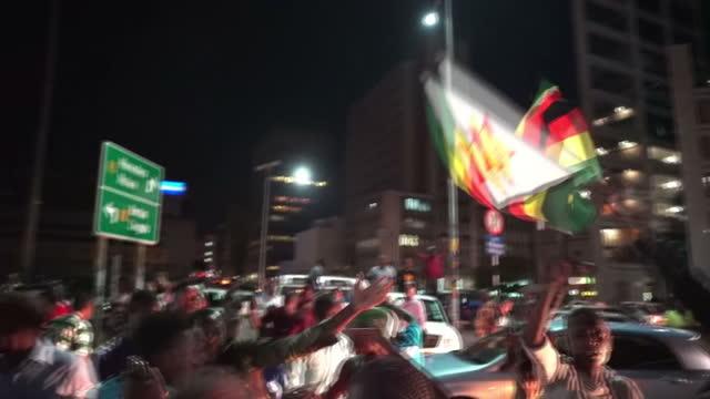 exterior shots of jubilent revellers in the streets of harare cheering after the resignation of robert mugabe on 21 november 2017 in harare zimbabwe - 2017 bildbanksvideor och videomaterial från bakom kulisserna