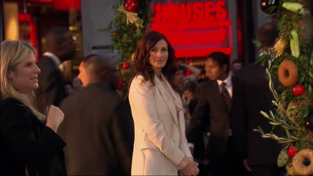 exterior shots of julia roberts posing for press at eat pray love premiere. julia roberts at eat pray love premiere at leicester square on september... - première stock videos & royalty-free footage