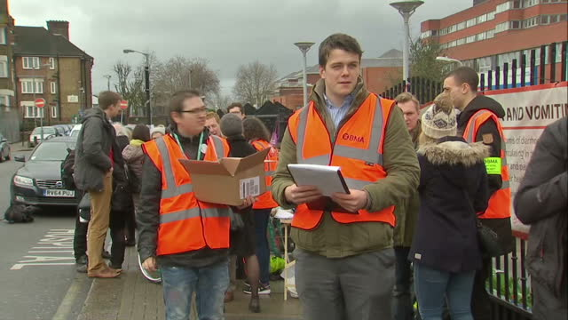 vídeos y material grabado en eventos de stock de exterior shots of junior doctors on strike handing out leaflets asking people to sign petitions outside of st george's hospital on march 09 2016 in... - petición