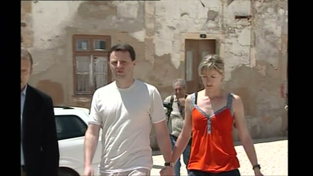 exterior shots of kate gerry mccann parents of madeleine mccann arriving at the ocean club apartments on may 7 2007 in praia da luz portugal - fall madeleine mccann stock-videos und b-roll-filmmaterial