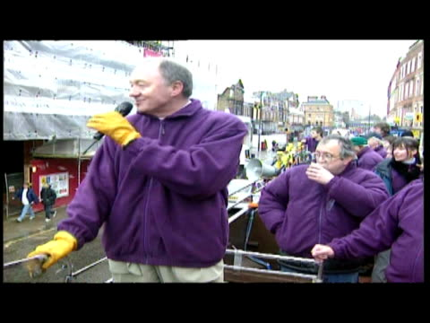 stockvideo's en b-roll-footage met exterior shots of ken livingstone onboard open top bus talking through microphone to people on the streets on london - ken livingstone