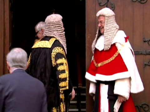stockvideo's en b-roll-footage met exterior shots of kenneth clarke dressed in full cermonial robes walking to the royal courts of justice to be sworn in as the new lord... - pruik