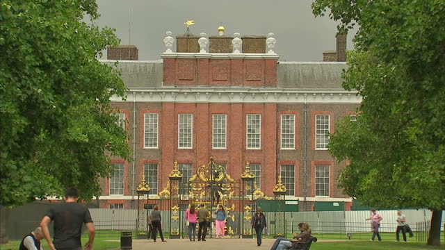 exterior shots of kensington palace the golden gates the bronze statue of king william iii shot in autumn kensington palace stockshots at kensington... - kensington palace video stock e b–roll