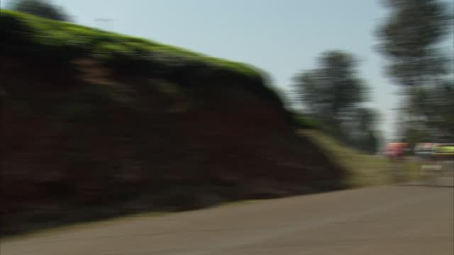 vidéos et rushes de exterior shots of kenyan cyclists including chris froome's former coach david kinjah training on country roads kenyan cycling coach david kinjah... - précédent