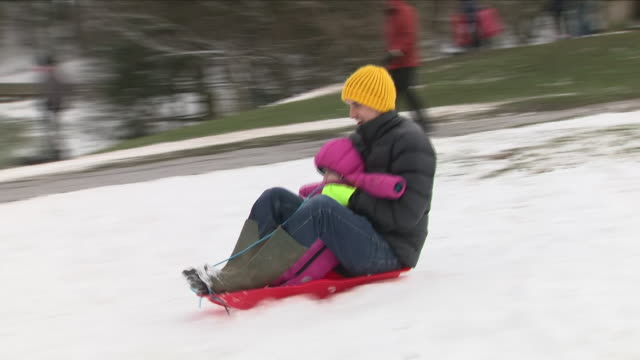 vídeos y material grabado en eventos de stock de exterior shots of kids and adults sledging down a hill in the snow on 19th march 2018 in littleborough rochdale greater manchester united kingdom - rochdale inglaterra