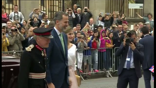 exterior shots of king felipe and queen letizia arriving to visit the weston library in oxford and being greeted by officials and flag waving... - queen letizia of spain stock videos and b-roll footage