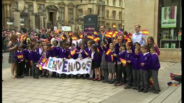 vidéos et rushes de exterior shots of king felipe and queen letizia posing with a group of schoolchildren and teachers outside the weston library on july 14 2017 in... - université d'oxford