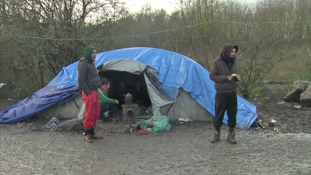 exterior shots of labour leader jeremy corbyn on a walkabout of the calais 'jungle' migrant camp meeting refugees on january 23 2016 in calais france - シリア難民問題点の映像素材/bロール