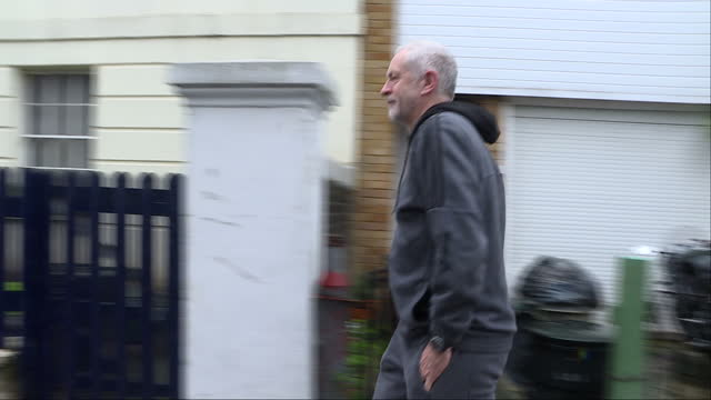 vídeos de stock e filmes b-roll de exterior shots of labour leader jeremy *corbyn* walking from his islington house in silence, wearing a grey tracksuit on 4 november 2017 in london,... - fato de treino