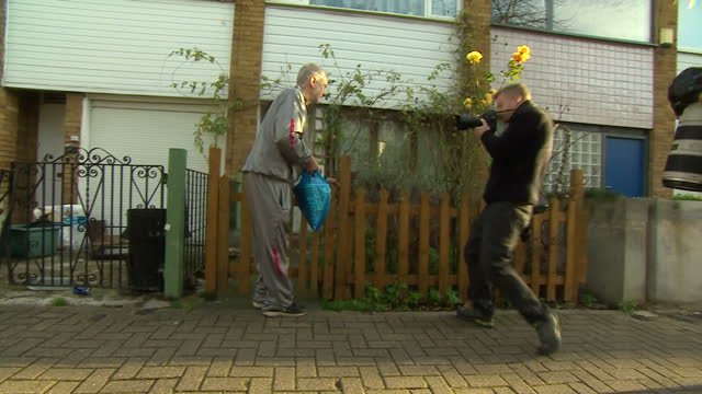vídeos de stock e filmes b-roll de exterior shots of labour leader jeremy corbyn walking to his house in islington carrying shopping, wearing a grey tracksuit on november 28, 2015 in... - fato de treino