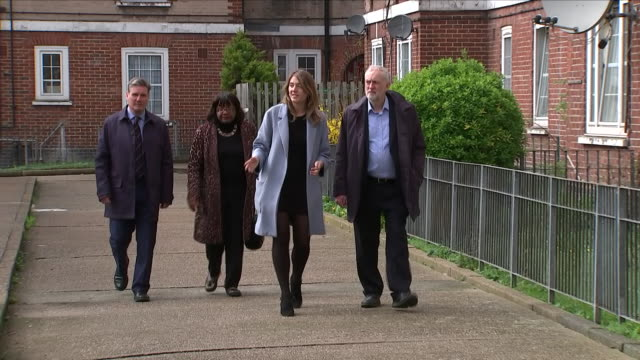vídeos de stock e filmes b-roll de exterior shots of labour mp jermey corbyn walking and being shown around the peckwater estate with diane abbott, keir starmer and georgia gould... - kentish town