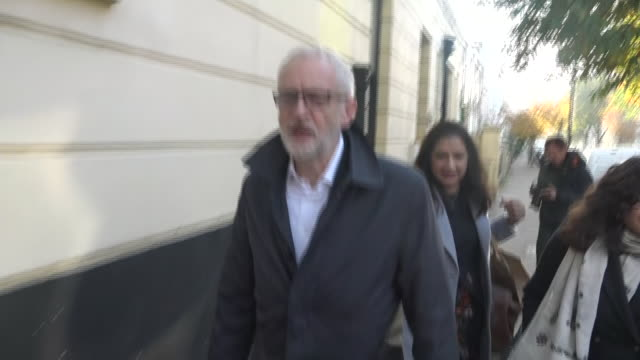 exterior shots of labour party leader jeremy corbyn walking along the street on 28 october 2019 in london england - jeremy corbyn stock videos & royalty-free footage