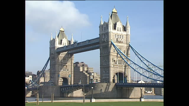vídeos de stock, filmes e b-roll de exterior shots of landmarks in the capital including london bridge, tower of london, victoria memorial outside buckingham palace on pall mall, the... - 1980 1989