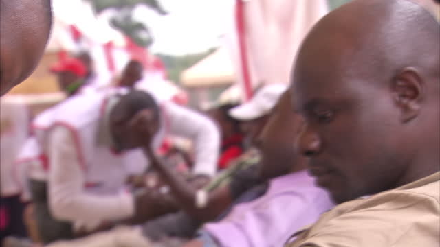 exterior shots of large numbers of people at a blood donation centre set up by the kenyan red cross after an appeal by hospitals treating victims of... - 提訴点の映像素材/bロール
