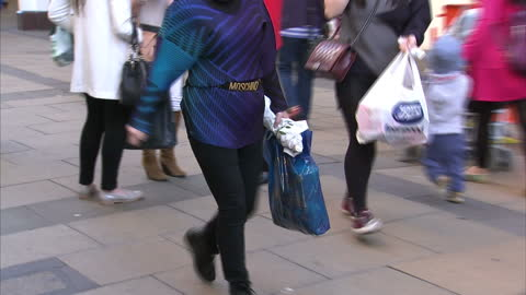exterior shots of large numbers of people walking and carrying shopping bags in a pedestrianised area of cambridge.>> on october 01, 2015 in... - high street stock-videos und b-roll-filmmaterial