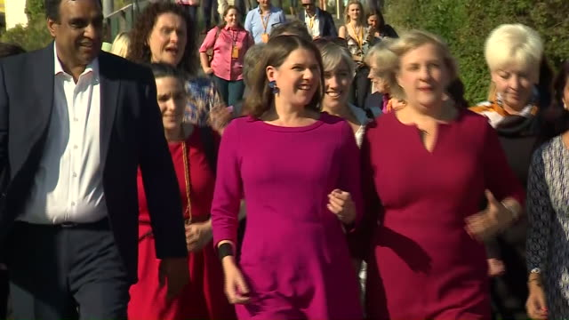 vídeos de stock, filmes e b-roll de exterior shots of liberal democrat leader jo swinson mp walking along bournemouth seafront and into conference venue to cheering from supporters many... - stop placa em inglês