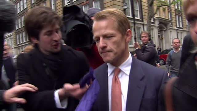vídeos de stock e filmes b-roll de exterior shots of liberal democrat mp david laws walking from the local government association building in smith square in the aftermath of the 2010... - coligação