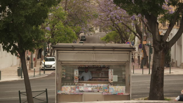exterior shots of lisbon street scenes, cathedral, traffic and monument of marques de pombal on 11 september 2020 in lisbon, portugal - マデリン・マクカーン失踪事件点の映像素材/bロール