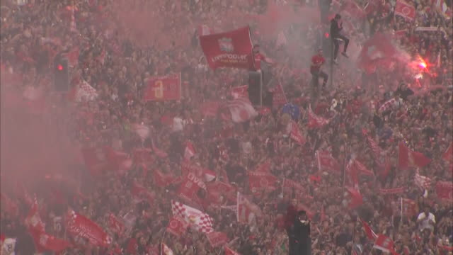 vídeos de stock e filmes b-roll de exterior shots of liverpool fans and the liverpool squad on an open top bus in liverpool city centre celebrating having won the 2018/19 champions... - liverpool inglaterra
