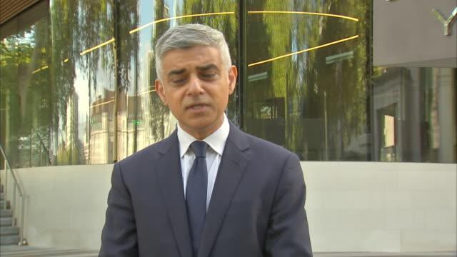 exterior shots of london mayor sadiq khan making a statement on the fatal shooting of officer matiu ratana on 25 september 2020 in london, untied... - 銃犯罪点の映像素材/bロール