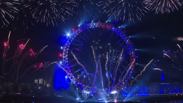 vídeos de stock, filmes e b-roll de exterior shots of london's fireworks display and countdown to celebrate the new year on december 31 2019 london england - dia do ano novo