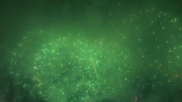 vídeos de stock, filmes e b-roll de exterior shots of london's fireworks display to celebrate the new year on december 31 2019 london england - dia do ano novo