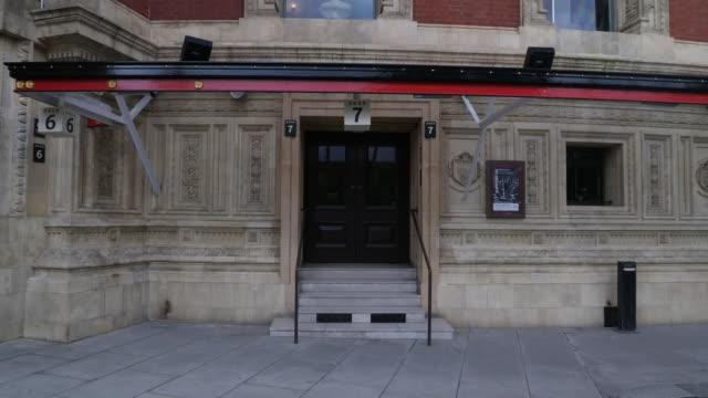 vídeos y material grabado en eventos de stock de exterior shots of london's royal albert hall with exterior signage and front entrances on 7 july 2020 in london, united kingdom - teatro royal albert hall