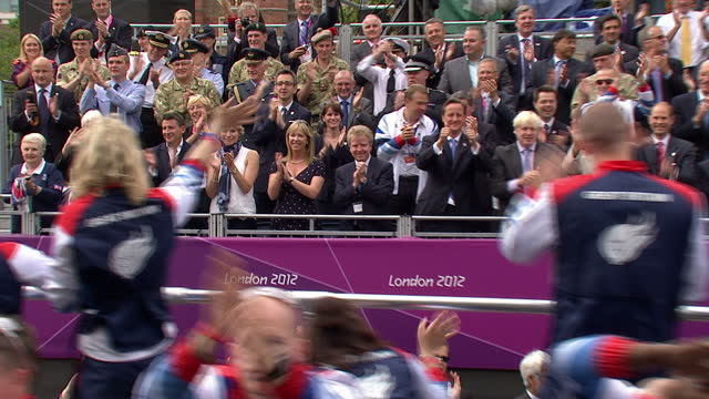 exterior shots of lord seb coe david cameron and boris johnson at parade enjoying it and waving to athletes as they pass london 2012 olympic and... - 2012年ロンドン夏季オリンピック点の映像素材/bロール