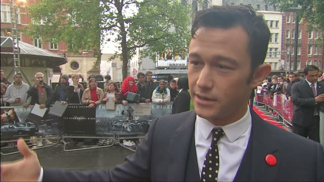exterior shots of lucy cotter interviewing joseph gordon levitt on the red carpet at the dark knight rises premiere in leicester square interviews at... - 封切り点の映像素材/bロール