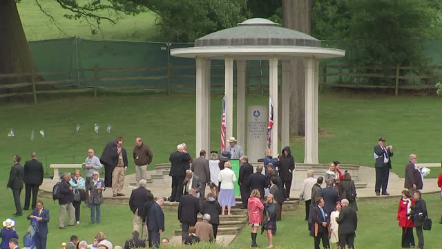 vídeos de stock e filmes b-roll de exterior shots of magna carta memorial at runnymede with people looking around and standing at memorial, people sitting in crowd looking through... - magna carta documento histórico