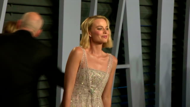 exterior shots of margot robbie and kate hudson posing on the red carpet at the vanity fair oscars afterparty>> on march 04 2018 in los angeles... - kate hudson stock videos & royalty-free footage