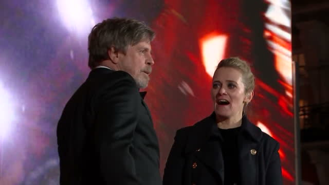 vídeos y material grabado en eventos de stock de exterior shots of mark hamill on stage talking to edith bowman in front of huge screen at the european premiere of star wars the last jedi outside... - mark hamill