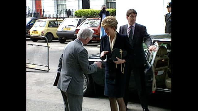 exterior shots of media and members of the public waiting for princess diana to arrive including workmen on a building site and princess diana... - teilnehmen stock-videos und b-roll-filmmaterial