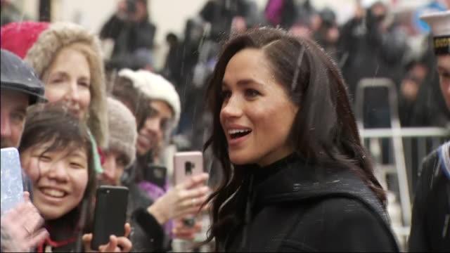 vidéos et rushes de exterior shots of meghan duchess of sussex wearing high hills boots an oscar de la renta dress and a black coat by william vintage greeting royal... - monarchie
