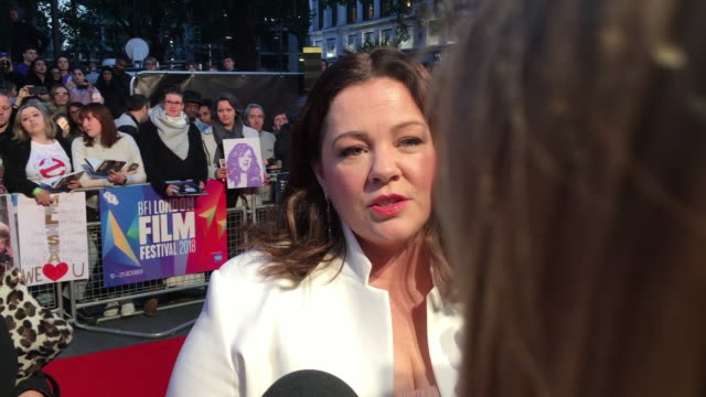 exterior shots of melissa mccarthy on the red carpet at the premiere of 'can you ever forgive me' on 16 november 2018 in london, united kingdom - メリッサ・マッカーシー点の映像素材/bロール