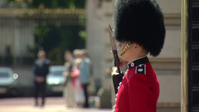 exterior shots of members of the coldstream guards forming up in the forecourt of buckingham palace for the changing of the guard ceremony and... - 近衛兵点の映像素材/bロール