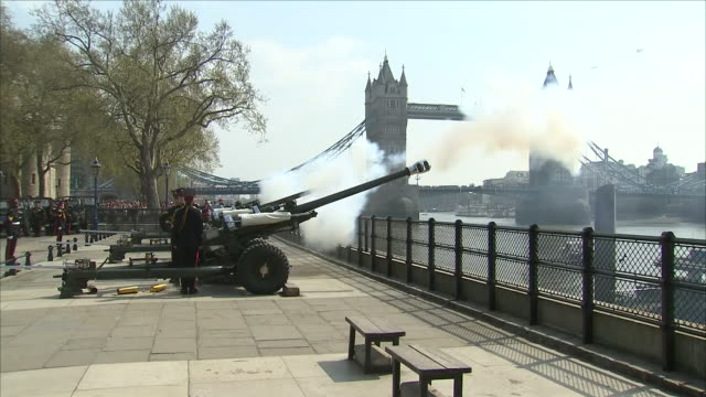 exterior shots of members of the honourable artillery company fire a 62-gun salute across the river thames at the tower of london to mark the 92nd... - queen's birthday stock videos & royalty-free footage