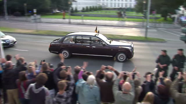 exterior shots of members of the public looking on as the queen's motorcade arrives at schloss bellevue.>> on june 24, 2015 in berlin, germany. - 2015 stock-videos und b-roll-filmmaterial