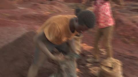 vidéos et rushes de exterior shots of men & children filling sacks with ore at a cobalt mining area on february 10, 2017 in democratic republic of congo. - industrie minière