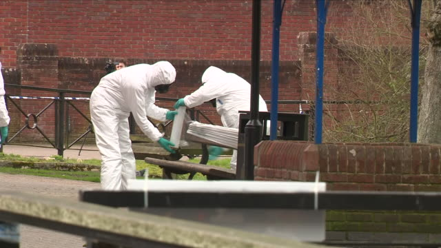 exterior shots of men in hazmat chemical protection suits wrapping tup a bench on which poisoned ex spy sergei skripal and his daughter yulia were... - schutz und arbeitskleidung stock-videos und b-roll-filmmaterial