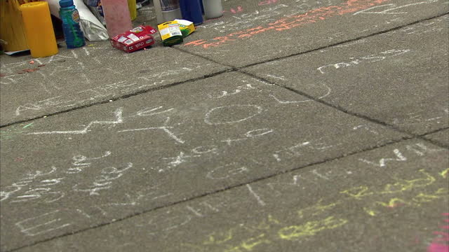 vídeos de stock e filmes b-roll de exterior shots of messages left in tribute to the late actor robin williams outside the house where the film 'mrs doubtfire' was set>> on august 13... - robin williams ator