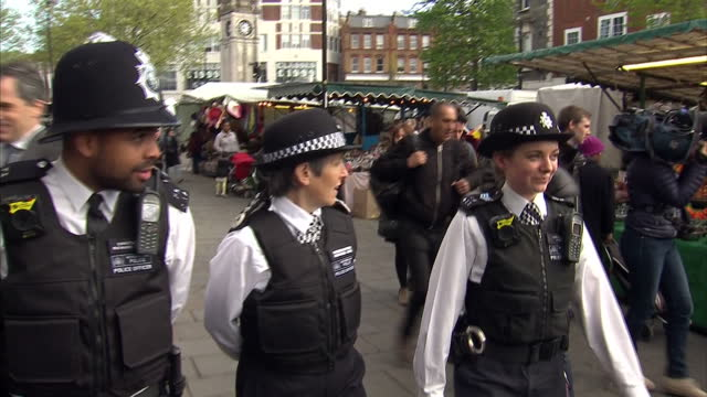 exterior shots of metropolitan police service commissioner cressida dick speaking to local police officers on patrol in lewisham as part of her tour... - 警視庁点の映像素材/bロール