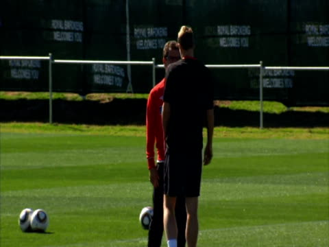 vidéos et rushes de exterior shots of michael dawson walk on training pitch and shake hands with fabio capello afte rbeing called up as a replacement for the injured rio... - 2010