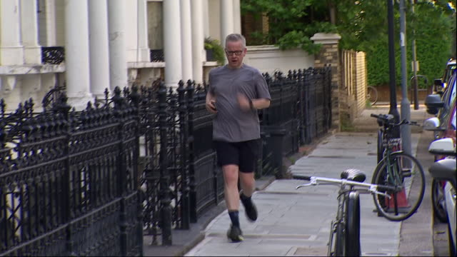 vídeos y material grabado en eventos de stock de exterior shots of michael gove mp conservative party leadership candidate jogging back to his home on 5 june 2019 in london united kingdom - partido conservador británico