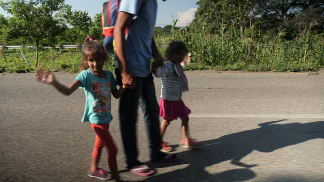 exterior shots of migrant children walking on their way to the us mexico broder on 25th october 2018 in mapastepec mexico - 隊列点の映像素材/bロール