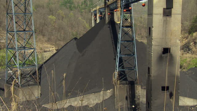 vidéos et rushes de exterior shots of mining equipment and coal mine trucks laden with coal driving at a kentucky coal mine on 20 april 2017 in hazard kentucky - mineur de charbon