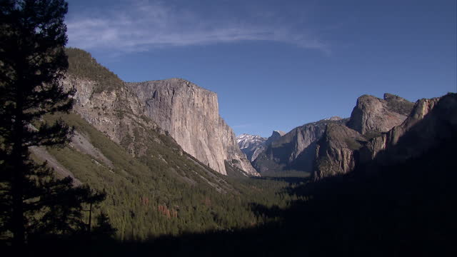 exterior shots of mountains and forests of yosemite national park on a clear, fine day, including waterfalls and the rock face of el capitan on... - カリフォルニアシエラネバダ点の映像素材/bロール