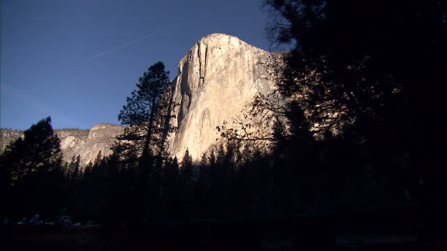 exterior shots of mountains, trees and a river in yosemite national park including the sheer rock face of el capitan reflected in water on january... - カリフォルニアシエラネバダ点の映像素材/bロール